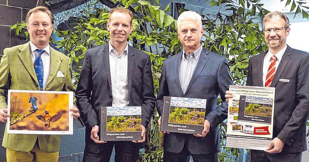 Stellten den neuen Natur-Bildband vor: Gustav Prinz zu Sayn-Wittgenstein-Berleburg, Uwe Haßler, Hartmut Schneider und Andreas Droese (v. l.). (SZ-Foto: Janina Althaus)